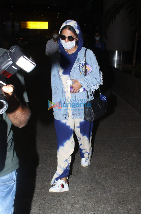 Photos Kriti Sanon, Sonnalli Seygall and others snapped at the airport (1)