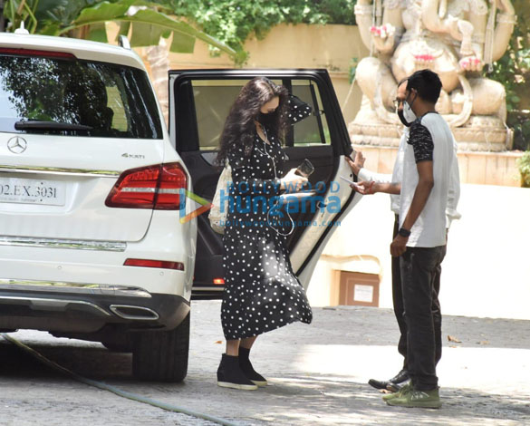 Photos Preity Zinta snapped at Hrithik Roshan's house in Juhu (2)