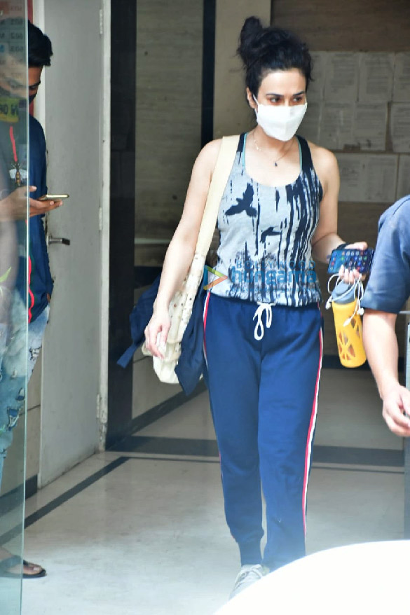 Photos Preity Zinta spotted at a clinic in Bandra (2)