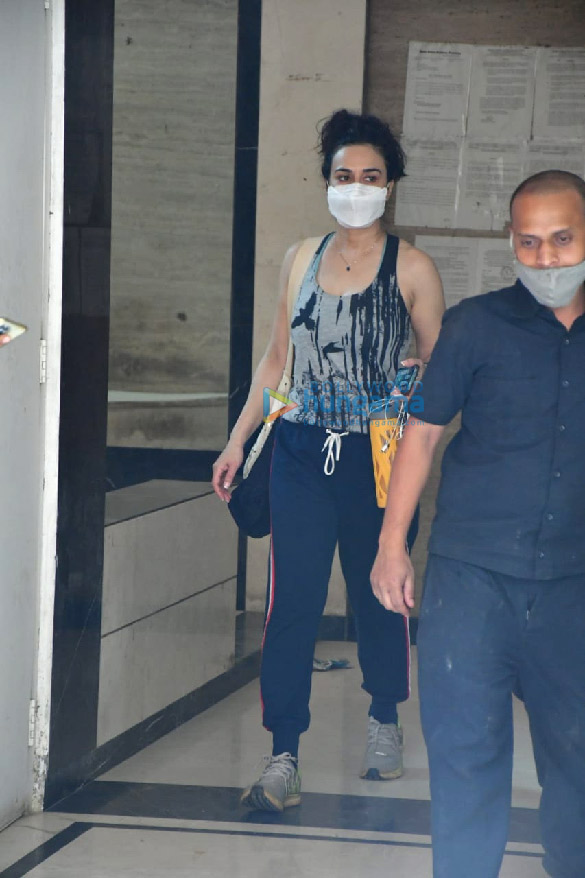 Photos Preity Zinta spotted at a clinic in Bandra (3)