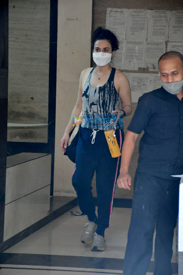 Photos Preity Zinta spotted at a clinic in Bandra (4)