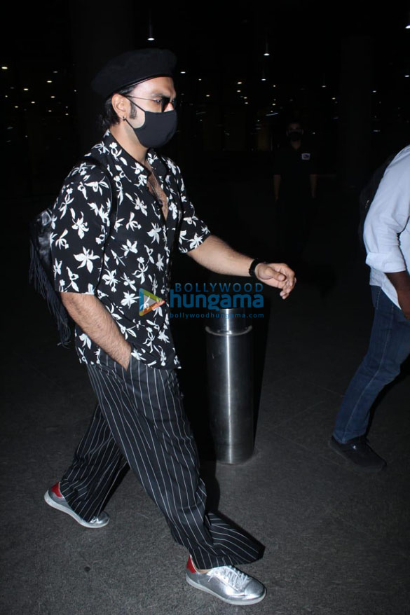 Photos Ranveer Singh and Pooja Hegde snapped at the airport (2)