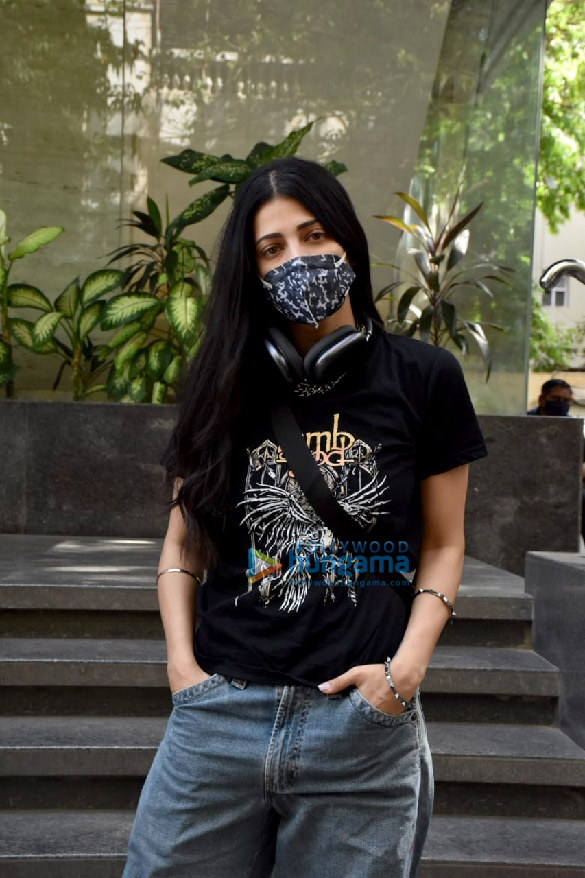 Photos: Shruti Haasan snapped at a clinic in Juhu