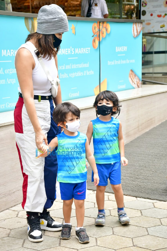 Photos Sunny Leone snapped with her kids at Food Hall (4)