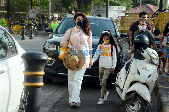 Photos Twinkle Khanna snapped with her daughter Nitara Kumar at Gateway Of India (2)