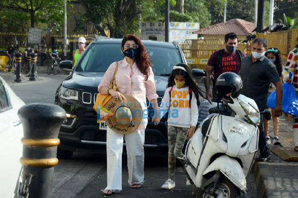 Photos Twinkle Khanna snapped with her daughter Nitara Kumar at Gateway Of India (3)