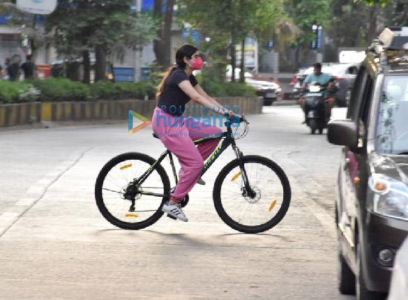 Photos Janhvi Kapoor and Khushi Kapoor snapped cycling in Lokhandwala (1)