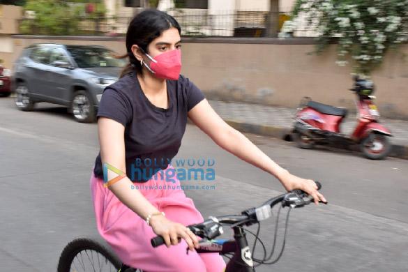 Photos Janhvi Kapoor and Khushi Kapoor snapped cycling in Lokhandwala (2)