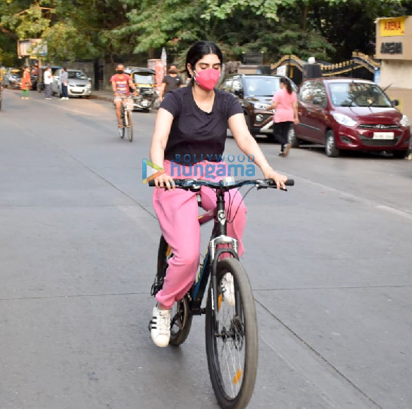 Photos Janhvi Kapoor and Khushi Kapoor snapped cycling in Lokhandwala (4)