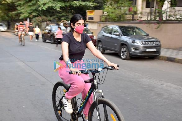 Photos Janhvi Kapoor and Khushi Kapoor snapped cycling in Lokhandwala (6)
