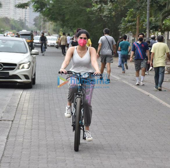 Photos Khushi Kapoor snapped cycling in Lokhandwala (1)