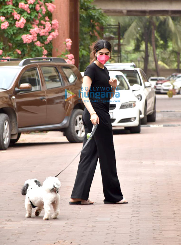 Photos Khushi Kapoor snapped with her pet in Lokhandwala (1)