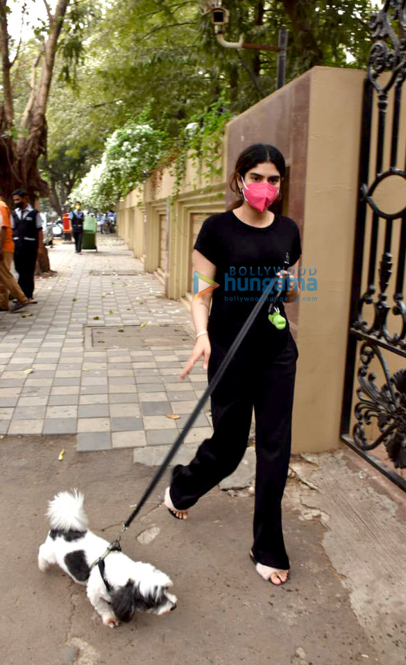 Photos Khushi Kapoor snapped with her pet in Lokhandwala (5)