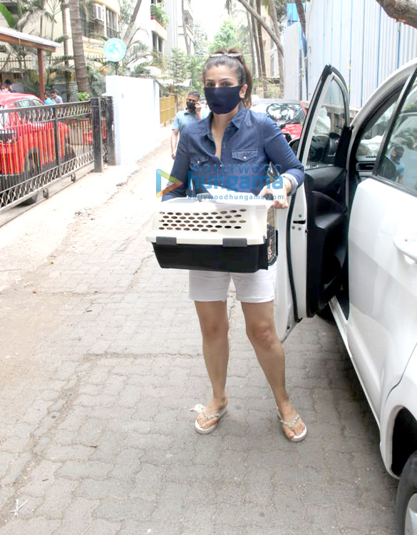 Photos Raveena Tandon spotted at a pet clinic in Khar (4)