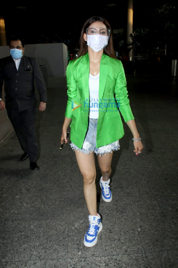 Photos Urvashi Rautela snapped at the airport (3)