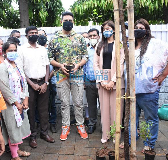 Photos Abhishek Bachchan adopts a tree with Saniya Saiyad and others (1)