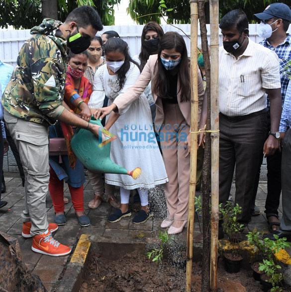 Photos Abhishek Bachchan adopts a tree with Saniya Saiyad and others (4)