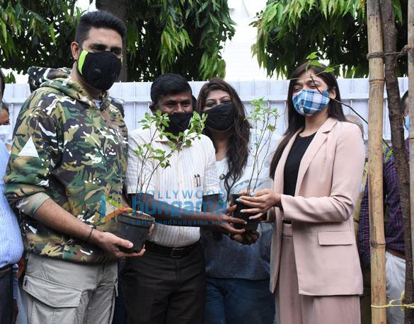 Photos Abhishek Bachchan adopts a tree with Saniya Saiyad and others (5)