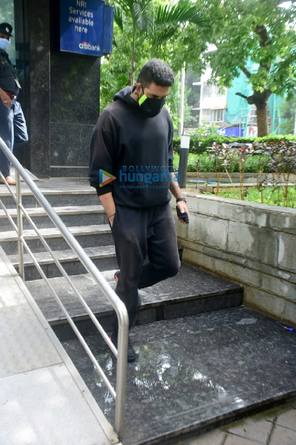 Photos Abhishek Bachchan spotted at a bank in Khar (3)