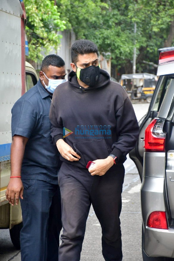 Photos Abhishek Bachchan spotted at a bank in Khar (4)