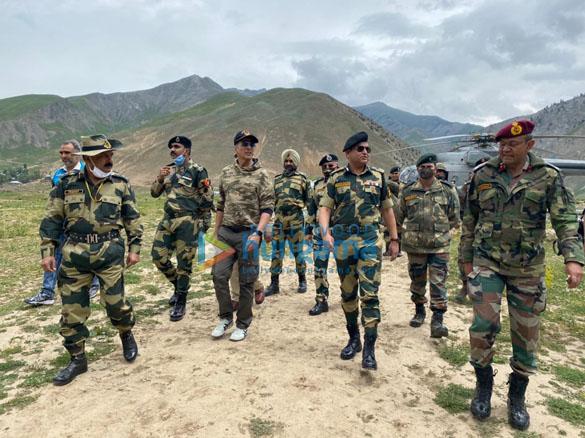 Photos Akshay Kumar meets BSF jawans guarding the border (1)