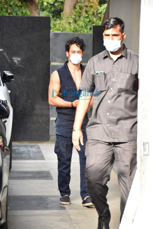 Photos Tiger Shroff snapped at Puja films in Juhu (2)