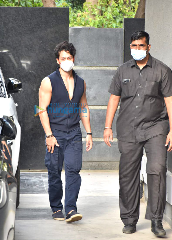 Photos Tiger Shroff snapped at Puja films in Juhu (4)