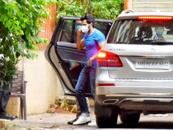 Photos: Varun Dhawan snapped in Juhu
