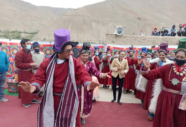 Days after announcing their divorce, Aamir Khan and Kiran Rao dance together on the sets of Laal Singh Chaddha in Ladakh