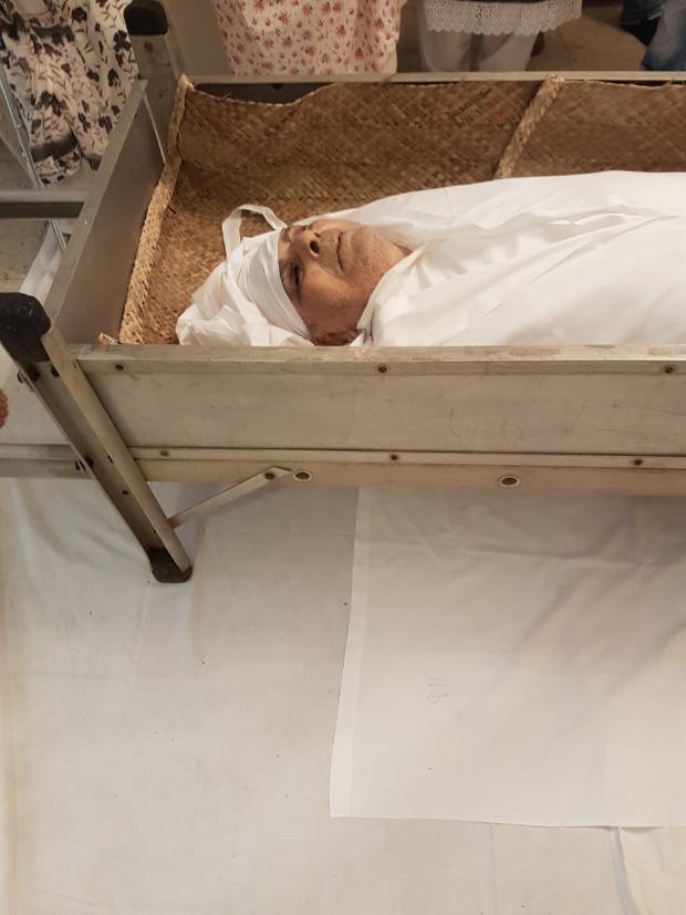 Saira Banu embraces Dilip Kumar's mortal remains as she says her final goodbye