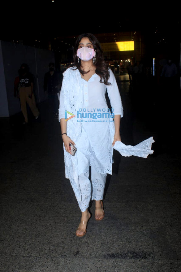 Photos Janhvi Kapoor snapped at the airport (4)
