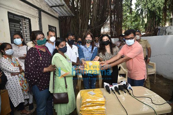 Photos Kajol, Dr.Aneel Kashi Murarka, Saniya Saiyad, Anusha S Iyer and Vishvas Mote distribute raincoats to BMC workers (1)