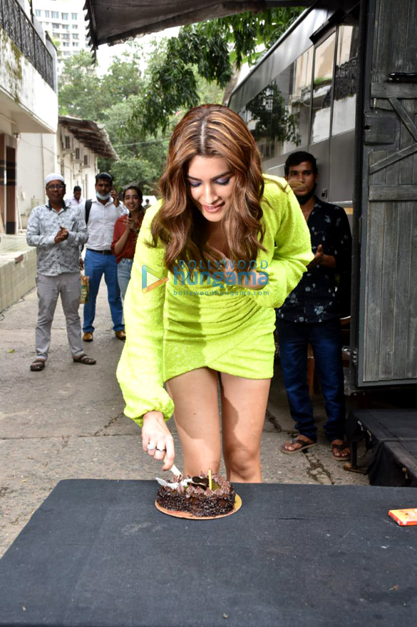 Photos Kriti Sanon, Nora Fatehi and Javed Akhtar snapped on the sets of Dance Deewane (6)