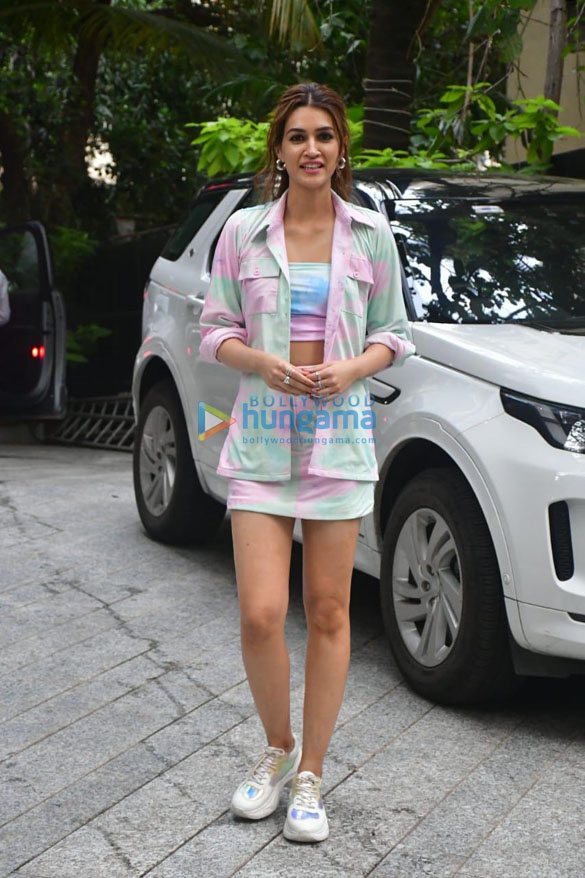 Photos Kriti Sanon brings in her birthday by hosting a special screening of Mimi at the Maddock office on Monday (8)