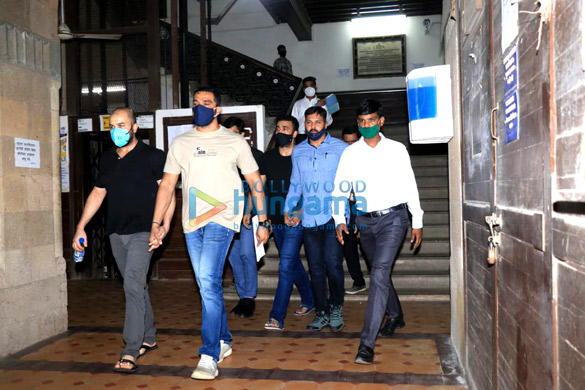 Photos Raj Kundra leaves from Court for Medical test at JJ Hospital (4)