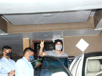 Photos: Ranbir Kapoor spotted outside a clinic in Khar