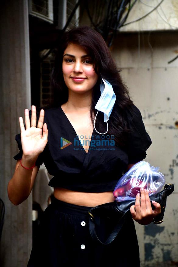 Photos Rhea Chakraborty spotted at Pali market (1)