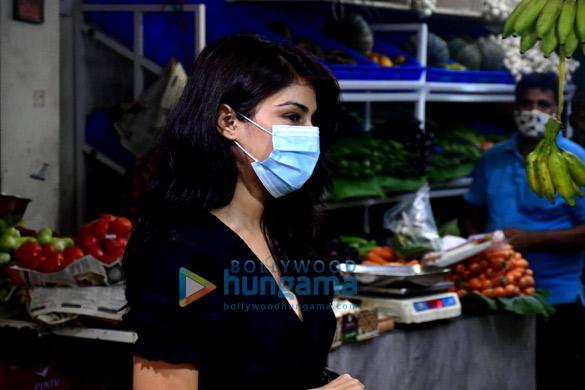 Photos Rhea Chakraborty spotted at Pali market (5)