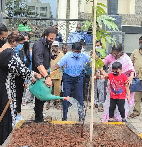 Photos Rohit Shetty, Niharica Raizada, Dr. Anusha Srinivasan Iyer and Vishvas Mote at BMC's Be A Tree Parent MEGA Vriksha Campaign (3)