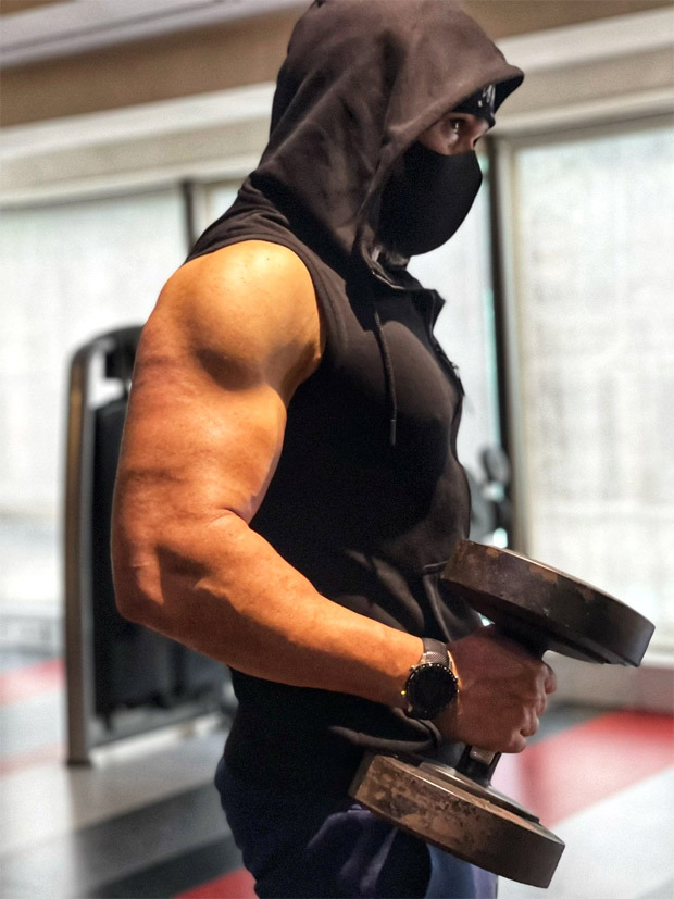 While preparing for Tiger 3, Emraan Hashmi flaunts his huge muscles, calling it 'just another arms day'
