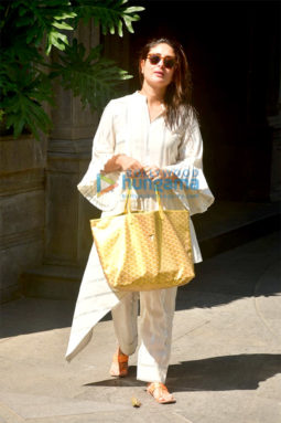 Photos: Kareena Kapoor Khan spotted at her father Randhir Kapoor's house