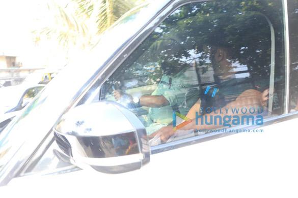 Photos Salman Khan spotted at Shah Rukh Khan's house in Bandra (2)