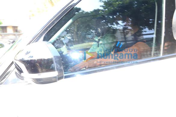 Photos Salman Khan spotted at Shah Rukh Khan's house in Bandra (3)